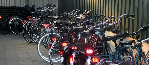 Overdekte fietsenstalling met laadpunt